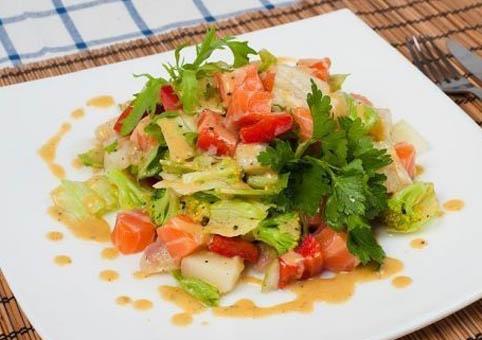 Диетический салат из сёмги с яблоком